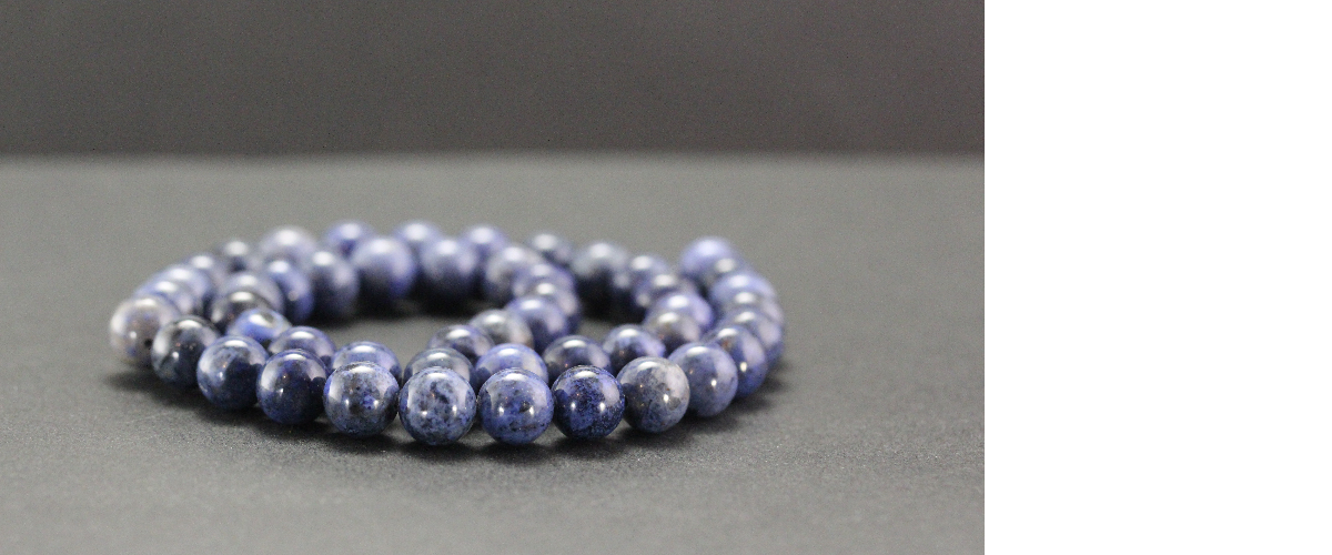 Perles en dumortiérite